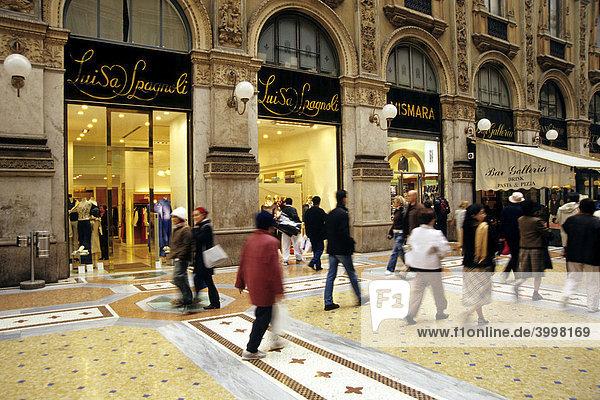 Passanten in der Galleria Vittorio Emanuele II  il salotto  exklusive Galerie  Schaufenster in Einkaufspassage mit feinen Geschäften und Marmor Bodenbelag  Mailand  Milano  Lombardei  Italien  Europa