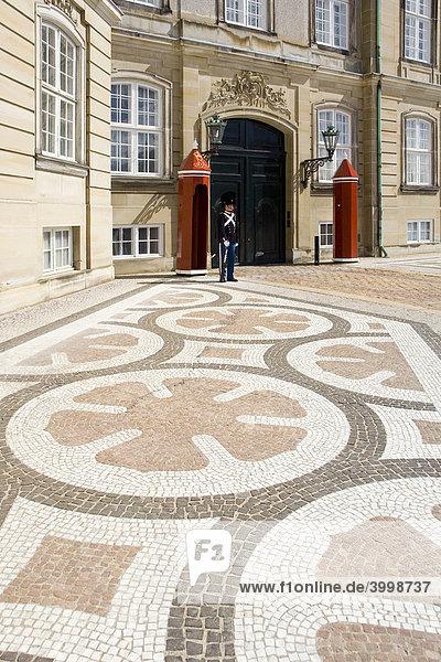 Gepflasterter Platz mit Ornamenten vor dem dänischen Königspalast Amalienborg  Kopenhagen  Dänemark