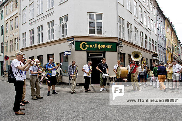 Die Orion Brass Band spielt auf der Straße  Kopenhagen  Dänemark  Europa