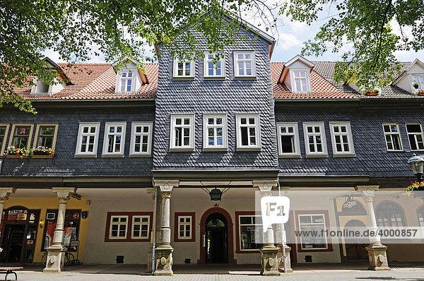 Historische Tuchmachergaden mit Säulen aus Sandstein und Schiefer-Fassade  Arnstadt  Thüringen  Deutschland  Europa