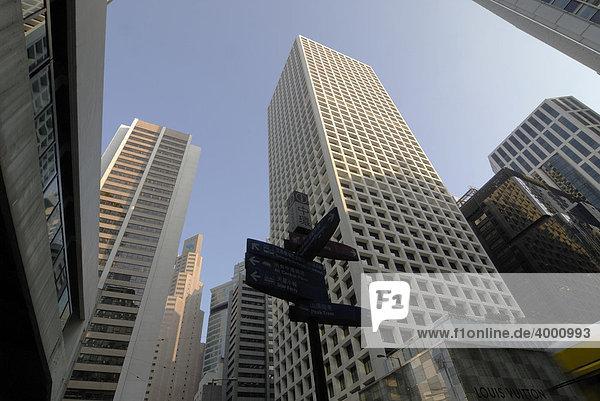 Hochhäuser  Wolkenkratzer mit Wegweiser in Central  Hongkong  China  Asien