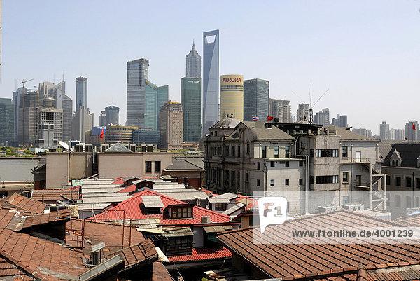 Alt und neu  Blick aus der Altstadt Shanghais über den Bund auf die Skyline des Finanzdistrikts Pudong mit Jin Mao Tower und World Finance Building mit Fluss Huangpu  Shanghai  China  Asien