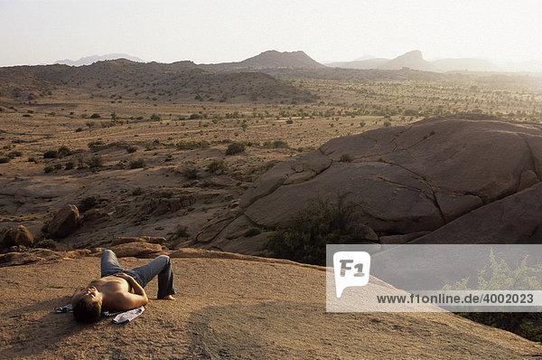 Mann bei einer Rast in der Wüste in der Nähe von Tafraoute  Marokko  Nordafrika