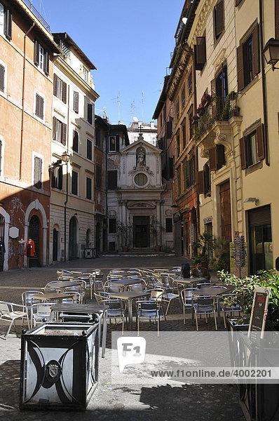 Kleiner Platz  enge Gasse  Gastgarten  Tische und Stühle im Freien  Rom  Italien  Europa