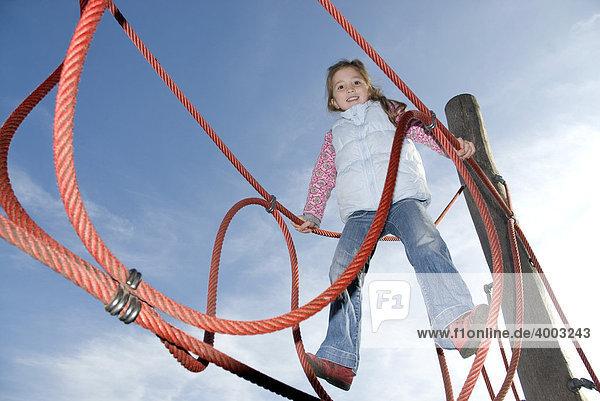 Kleines Mädchen  Klettergerüst Kleines Mädchen, Klettergerüst