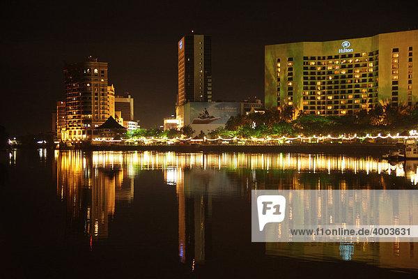 Hilton-Hotel und Kuching Waterfront am Sarawak-Fluss Kuching  Sarawak  Borneo  Malaysia  Südostasien
