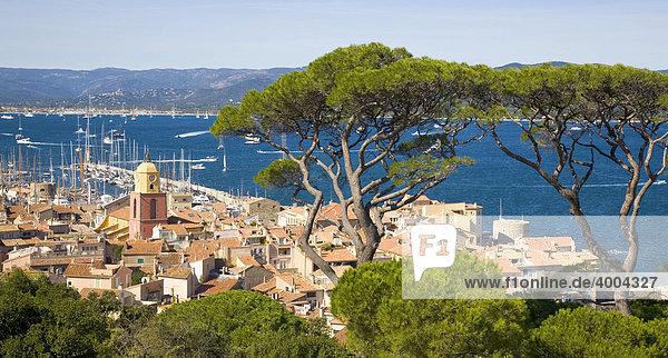 Blick über die Dächer auf die Bucht von Saint-Tropez während der Segel-Regatta Les Voiles de Saint-Tropez in Saint-Tropez  DÈpartement Var  an der Cote d'Azur  Provence  Südfrankreich  Frankreich