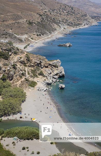Der Fluss Kourtaliotis  unten im Bild  mündet ins Mittelmeer am Strand von Preveli  Insel Kreta  Griechenland  Europe