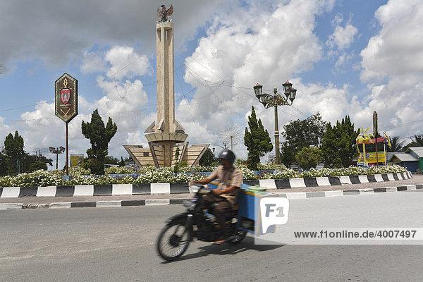 Monument  Kreisverkehr  Pangkalan Bun  Zentral Kalimantan  Borneo  Indonesien