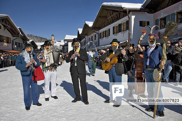 Musikanten  Maschkera  Fasching  Unsinniger Donnerstag  Mittenwald  Werdenfels  Oberbayern  Bayern  Deutschland  Europa