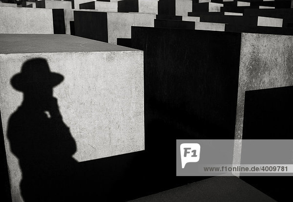Schatten einer Person mit Hut  Stelenfeld  Holocaust Mahnmal  Berlin  Brandenburg  Deutschland  Europa