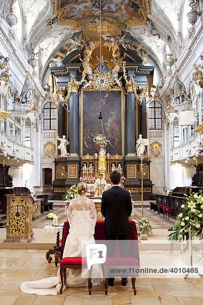 Brautpaar während einer Hochzeit in der Basilika Sankt Emmeram in Regensburg  Bayern  Deutschland  Europa