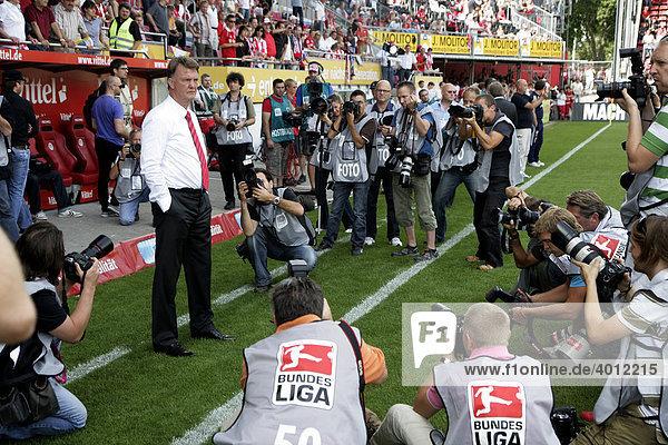 Bayern-Trainer Louis van Gaal  Fußball-Bundesliga 3. Spieltag: FSV Mainz 05 - FC Bayern-München im Bruchwegstadion  Mainz  Rheinland-Pfalz  Deutschland  Europa