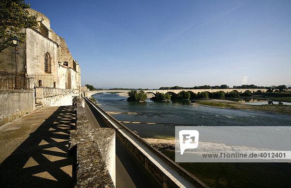 Der Fluss Le Rhone in Pont-Saint-Esprit  Provence  Frankreich  Europa