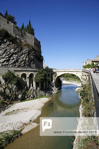 Brücke in Vaison la Romaine  Provence  Frankreich  Europa