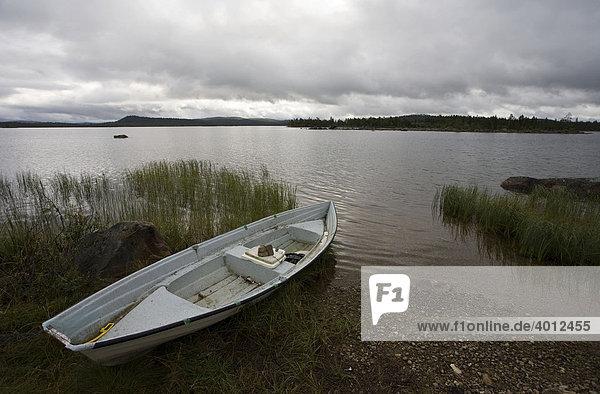 Ruderboot am Inari-See  Finnland  Europa