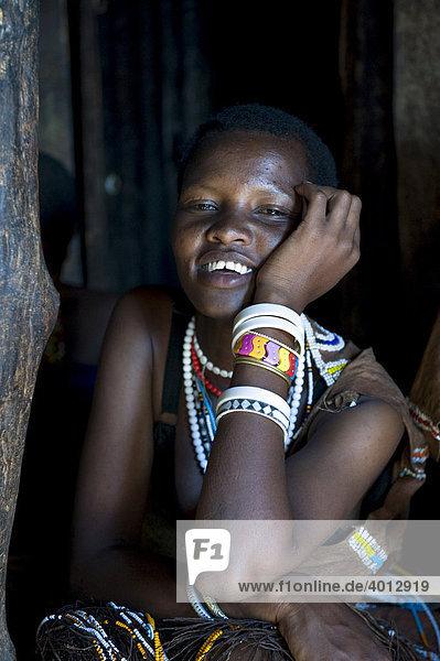Portrait einer Frau vom Stamm der Datooga  die im Norden Tansanias um den See Eyassi siedeln  Afrika