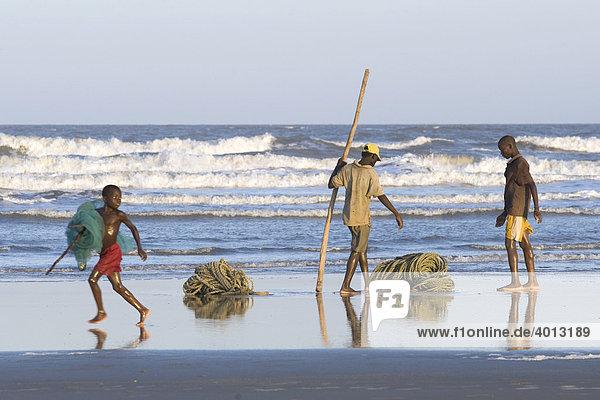 Fischer packen ein Netz zusammen  Strand nördlich von Quelimane  Mosambik  Afrika