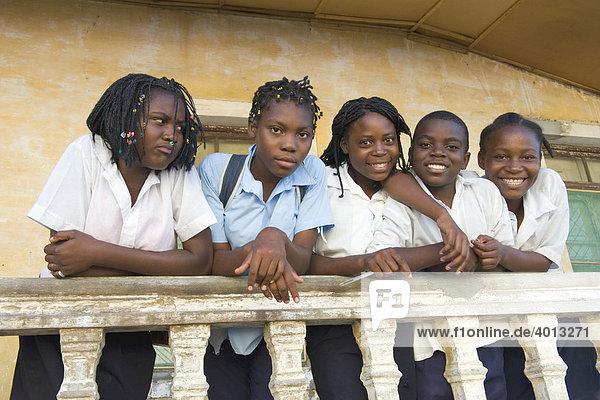 Schülerinnen eines Gymnasiums  in Quelimane  Mosambik  Afrika