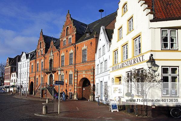 Rathaus und Giebelhäuser auf Glückstädter Marktplatz  Altstadt von Glückstadt  Schleswig-Holstein  Deutschland