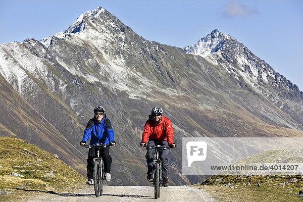 Mountainbiker im Hochgebirge  Kühtai  Nordtirol  Österreich  Europa