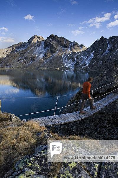 Wanderer überquert Hängebrücke am Wangenitzsee  Schobergruppe  Kärnten  Österreich  Europa