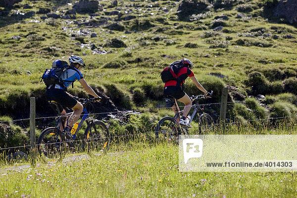 Mountainbiker  Alpbachtal  Nordtirol  Österreich  Europa