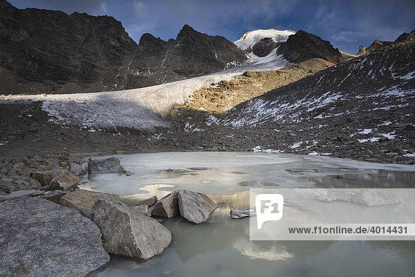 Die große Angelusspitze spiegelt sich in einem Gletschersee  Nationalpark Stilfserjoch  Südtirol  Italien  Europa