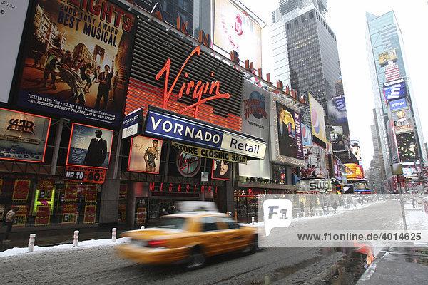 Taxi am Times Square  Midtown  Manhattan  NYC  New York City  USA  Vereinigte Staaten von Amerika