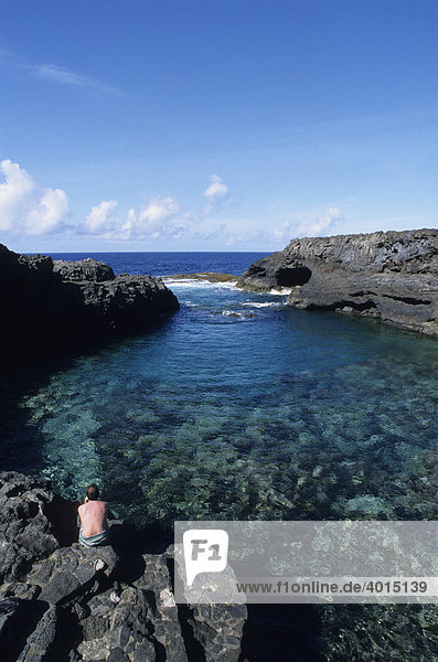 Meeresschwimmbad Charco Manso  Mann von hinten  Ruhe  Gelassenheit  Ausblick  Hierro  Kanarische Inseln  Spanien  Europa