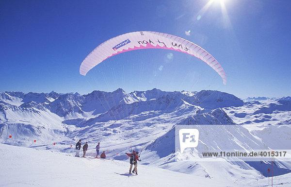 Gleitschirmflieger am Weisshorn im Winter  Paragliding  Paraglider  Tandemflug  Bergpanorama  Arosa  Graubünden  Schweiz  Europa