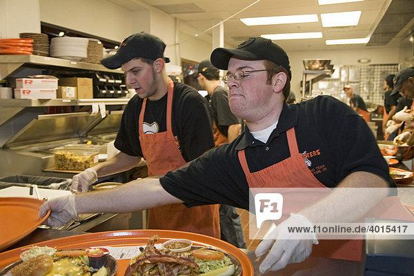 Köche bereiten während der großen Eröffnung eines Hooters-Restaurants in der Küche das Essen zu  Troy  Michigan  USA