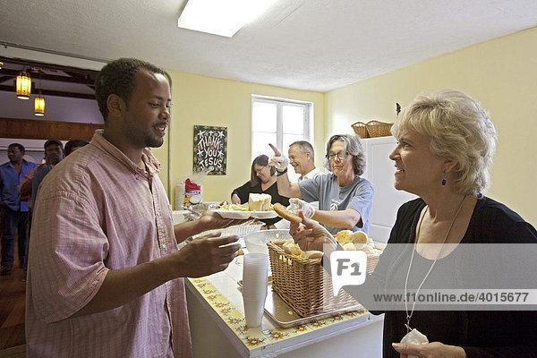 Mitglieder der St. Marks United Methodist Church geben nach dem Sonntagsgottesdienst Essen an Obdachlose aus,  New Orleans,  Louisiana,  USA
