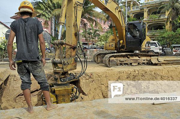 Entfernen von Spundwänden  Bauarbeiter auf einer Straßenbaustelle in Siem Reap  Kambodscha  Asien