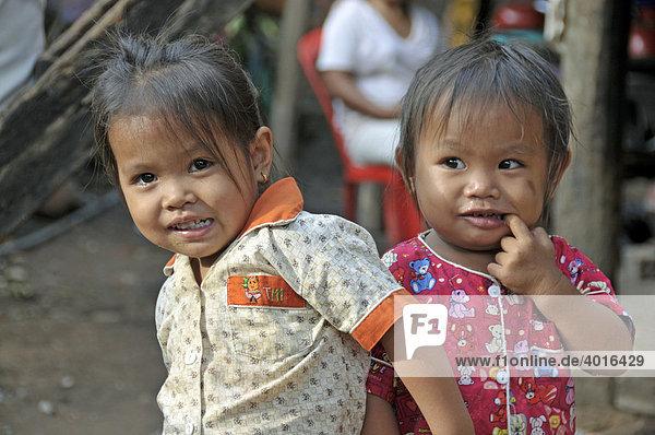 Zwei Mädchen in den Slums von Siem Reap  Kambodscha  Asien
