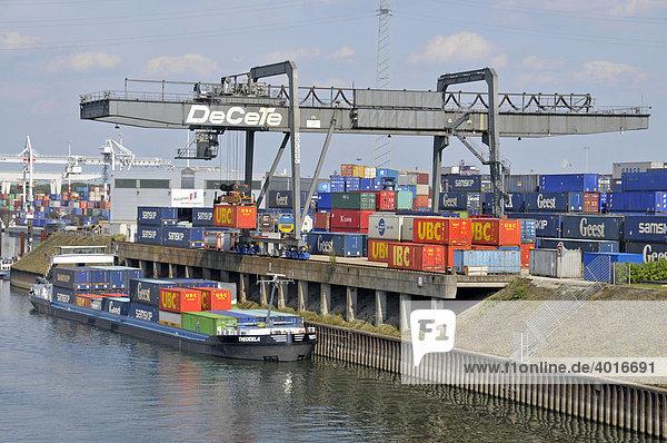Frachtschiff wird beladen  Binnenhafen in Duisburg  Nordrhein-Westfalen  Deutschland  Europa
