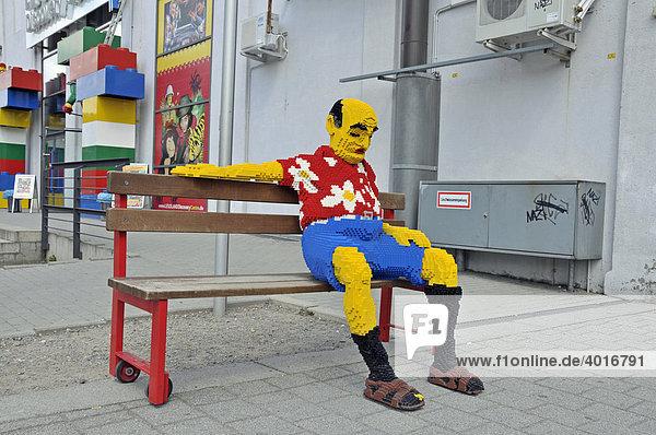 Lebensgroße Figur aus Lego-Steinen  Legoland Discovery Center Duisburg  Innenhafen  Duisburg  Nordrhein-Westfalen  Deutschland  Europa Lebensgroße Figur aus Lego-Steinen, Legoland Discovery Center Duisburg, Innenhafen, Duisburg, Nordrhein-Westfalen, Deutschland, Europa