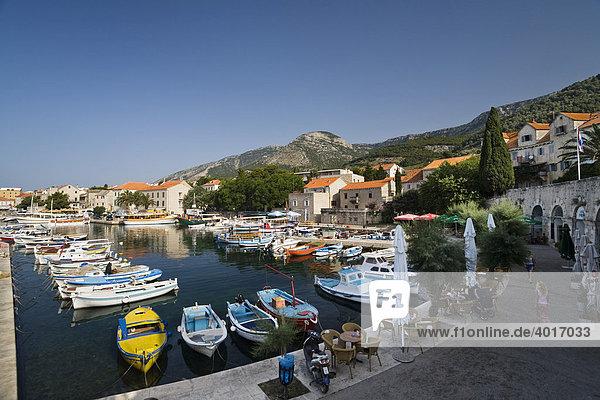 Boote im Hafen von Bol  Insel Brac  Dalmatien  Kroatien  Adria  Mittelmeer  Europa