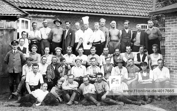 Männergruppe mit Koch  historische Aufnahme  ca. 1929