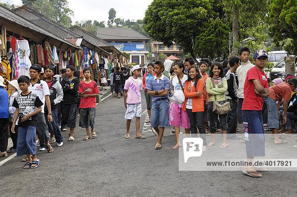 Junges Volk und Verkaufsstände am Bratan-See  Bali  Indonesien  Südostasien