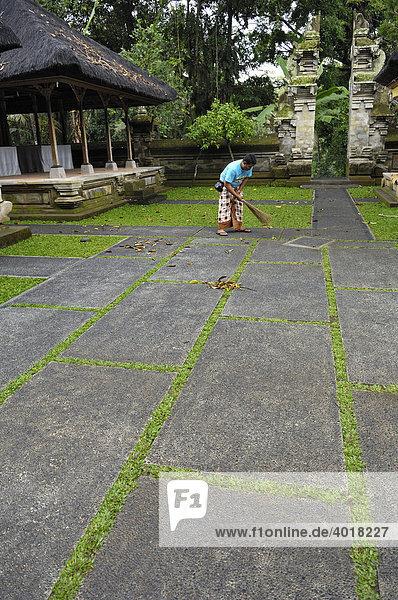 Geteiltes Tor  Tempelanlage bei der Elefantenhöhle Goa Gajah bei Ubud  Bali  Indonesien  Südostasien