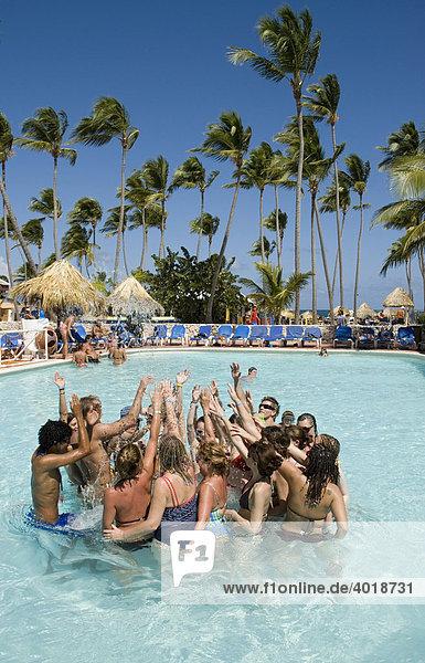 Wassergymnastik in einem Pool in der Karibik  Punta Cana  Dominikanische Republik  Mittelamerika
