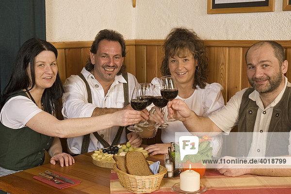 Ländliche Gruppe mit Weinglas
