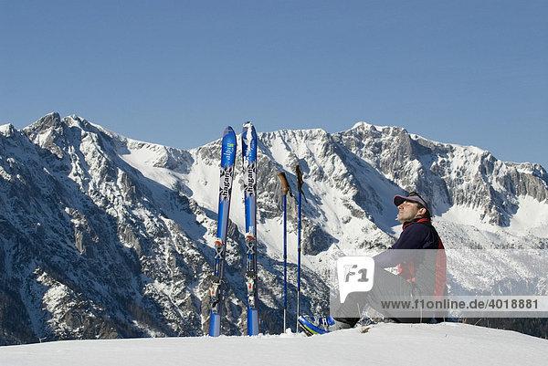 Winterwanderung im Nationalpark Kalkalpen  hinten der Hohe Nock  Nationalpark Kalkalpen  Oberösterreich  Österreich  Europa