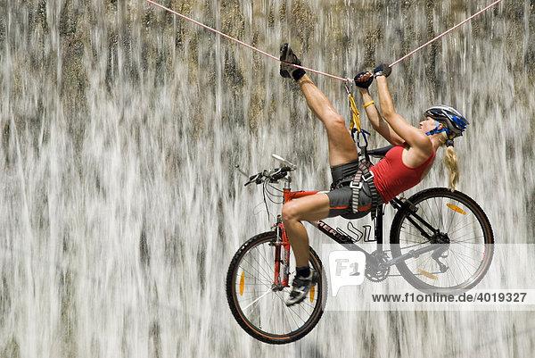 Überquerung eines Wasserfalles auf einem Seil gemeinsam mit dem Bike  Nationalpark Kalkalpen  Oberösterreich  Österreich  Europa