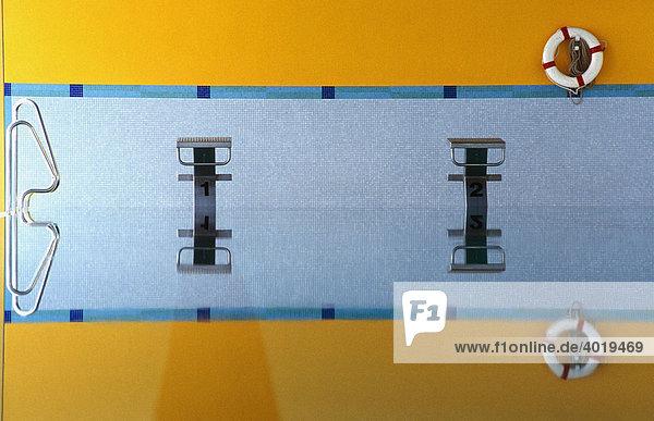 Sockel in einem Schwimmbad mit Spiegelung im Wasser