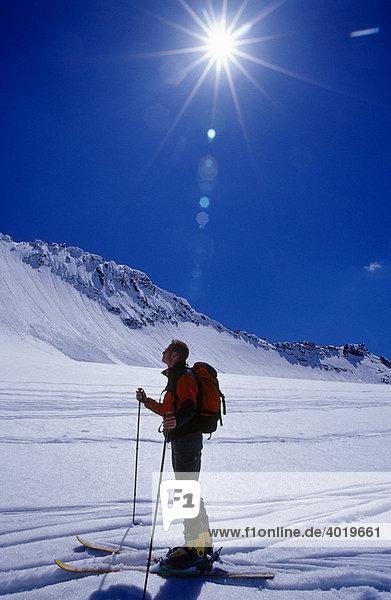 Skifahrer schaut sich die Gegend des Sonnblickgebirges an  Hohe Tauern  Salzburg  Österreich  Europa