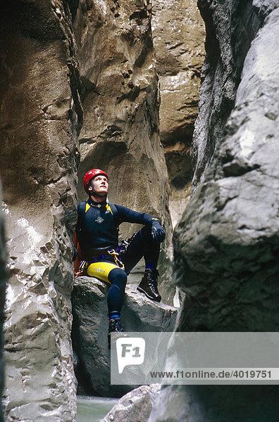Mann macht Pause beim Canyoning in einer Schlucht  Nationalpark Gesäuse  Steiermark  Österreich  Europa