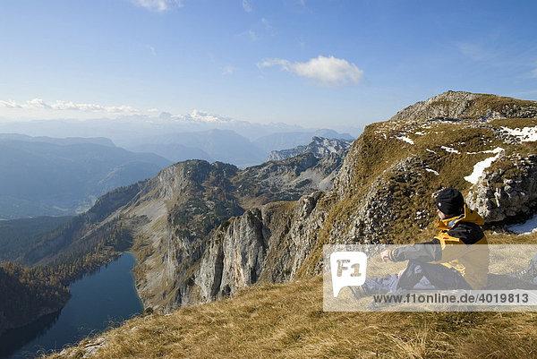 Der Vordere Lahngangsee  Wanderer  im Toten Gebirge  Steiermark  Österreich  Europa