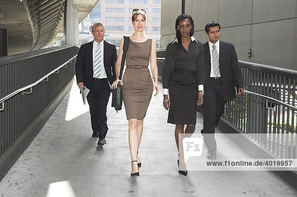 Gruppe von Geschäftsleuten in urbanem Durchgang